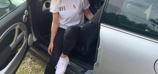 Woman sitting in a Mini